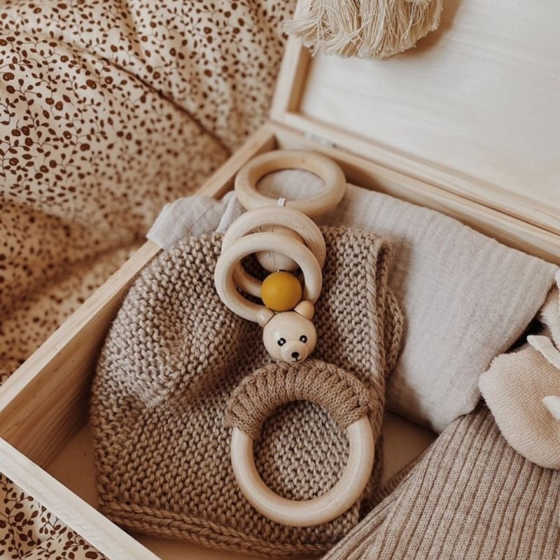 drewniana zawieszka sensoryczna dla niemowlaka