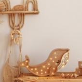 Od jakiegoś czasu zabawki z drewna przeżywają prawdziwy renesans. Coraz częściej wraca się do nich, dostrzegając ich potencjał i wszelkie zalety w świecie przesyconym plastikiem, elektroniką i sztucznymi świecidełkami. Drewniane zabawki to rozwiązanie ekologiczne, proste i bezpieczne. Doskonale rozwijają wyobraźnię dziecka, a w dodatku są bardzo estetyczne i stanowią doskonały element wystroju. Tym samym uczą młodą osobę poczucia smaku i skromnej elegancji. Dlatego warto zastanowić się nad tego rodzaju zabawkami dla naszych pociech. #zabawki#zabawkidrewniane#zabawkidlaniemowlaka#akcesoriadladzieci#grzechotka#gryzak#zawieszkadosmoczka#pacifierclip#sklepdladzieci#sklepzzabawkami#zakupydlaniemowlaka#rodzew2021#mamawdwupaku#brzuchatka#mojewszystko#polskamarka#polskiprodukt#bedemama#gadzetydladzieci#czekamynaciebie#koszmojzesza#girlandadowozka#dowozka#zabawkadowozka