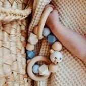 Zgrabna grzechotka Mymami sprawdzi się  jako zabawka manualna. Piękne pastelowe kolory,różnorodna faktura oraz przemieszczające się elementy – wszystko to zaciekawi niemowlaka i pozwoli mu na pierwsze manewry motoryczne i ćwiczenie swoich małych rączek.Jeszcze dziś i jutro możesz kupić taką z darmową wysylką dla zamówień od 100 zł lub z działu outlet za 19,90#dlaniemowlaka#zabawkadlaniemowląt#pierwszazabawka#drewniamazabawka#grzechotka#rattle#prezentdlaniemowlaka#ekotoy#ekozabawka#handmadetoy#drewnianezabawki#polskiezabawki#recznierobionezabawki#branzadziecieca#koszmojzesza#bedemama#mlodamama#wyprawkadlamalucha#wyprawka#rodzew2021#mojewszystko#czekamynaciebie#newborn#rattle#sklepzzabawkami#sklepdladzieci#zakupydladziecka