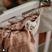 Smoczek to nieodłączny towarzysz pierwszych lat życia dziecka. Maluszek ma go zawsze przy sobie - przyjemnie go uspokaja i daje poczucie bezpieczeństwa.  Bambusowe smoczki Elodie Details to prawdziwie ekologiczne smoczki dla dzieci!  Swój oryginalny wygląd zawdzięczają połączeniu włókien bambusowych i tradycyjnego polipropylenu. Używając szybko rosnącego i odnawialnego bambusa, #smoczek#smoczekdlaniemowlaka#smoczekuspokajający#smoczekmusibyć#smoczka#zawieszkadosmoczka#gadzetydladzieci#msmabyc#torbadoszpitala#wyprawkadladziewczynki#zakupydlaniemowlaka#markidziecięce#polskamarkadladzieci#produktydladzieci#